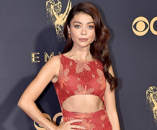 **Modern Family**'s **Sarah Hyland** debuted copper tones on the red carpet. She boasted soft peach on her eyelids and a nude-lip that had just the right amount of depth.