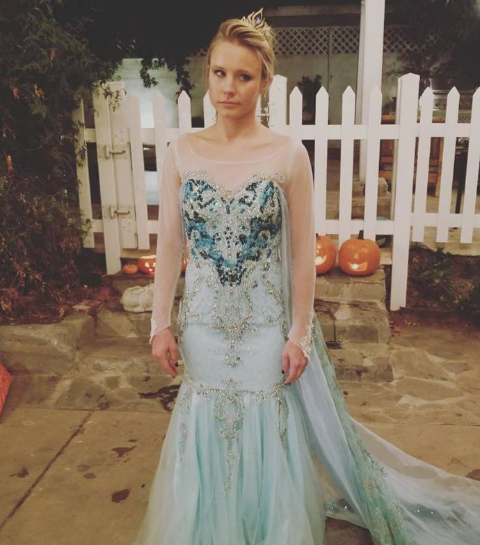 """Kristen Bell was forced to dress as Elsa for Halloween by her daughter and her reaction is fantastic! """"When your daughter demands you BOTH be ELSA for Halloween...you GRIN AND FORKING BEAR IT."""""""