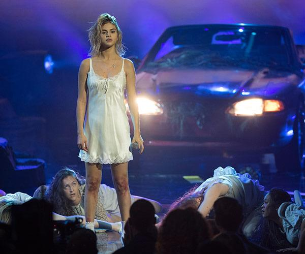 A newly blonde Selena Gomez made her first TV performance of 2017.
