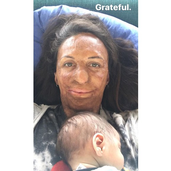 Is there anything more beautiful than a newborn falling asleep on your chest? Turia captured this beautiful mother-son moment and posted it on her Instagram stories, simply marking her feelings with the word 'grateful'.