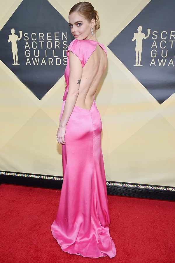 Aussies represent! Samara Weaving's backless fuchsia pink gown is all kinds of perfect.