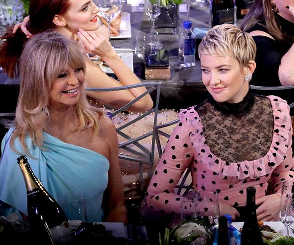 The table we all want to be on! Goldie Hawn and Kate Hudson look like they're having a ball.