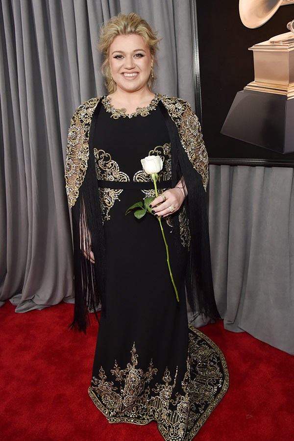 """Kelly Clarkson told Ryan Seacrest she *still* wasn't over meeting Meryl Streep at the SAG Awards last week. The presenter the surprised her by presenting her with the moment they met on a pillow. """"This is going on my bed!"""" Kelly laughed."""