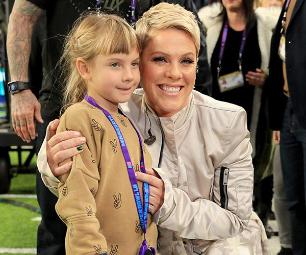 Pink and Willow share a cuddle before she takes to the stage.