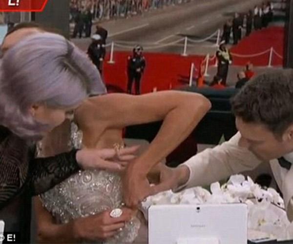 It takes a village! Giuliana's co-hosts Kelly Osbourne and Ryan Seacrest helped her fix the pesky zipper.