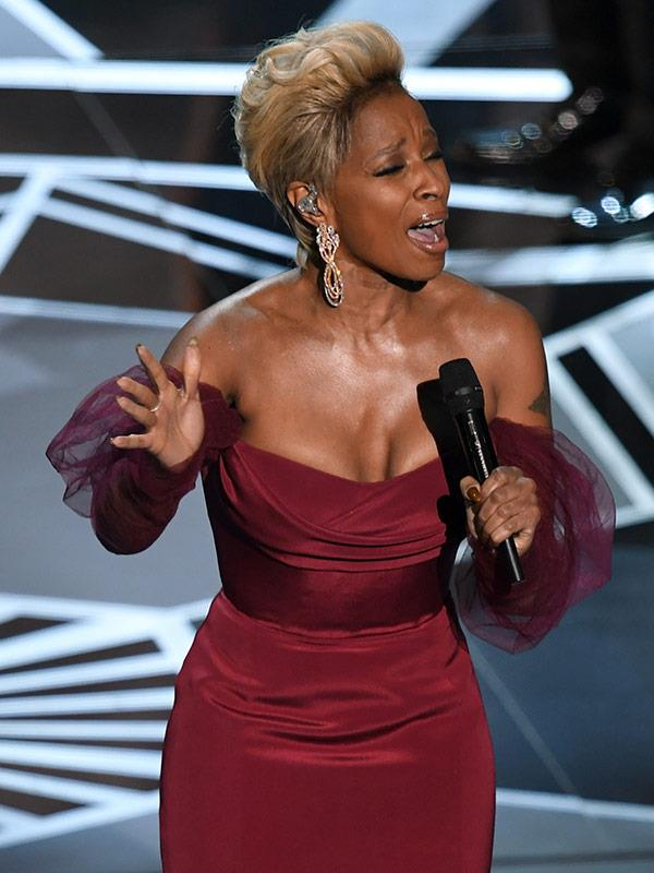 Mary J. Blige gave a stunning performance of her nominated track *Mighty River* from the movie *Mudbound*.