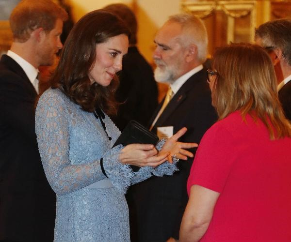 In October 2017, two months after she was last photographed due to her morning sickness, Catherine showed off her growing pump to support mental health campaigners at Buckingham Palace.