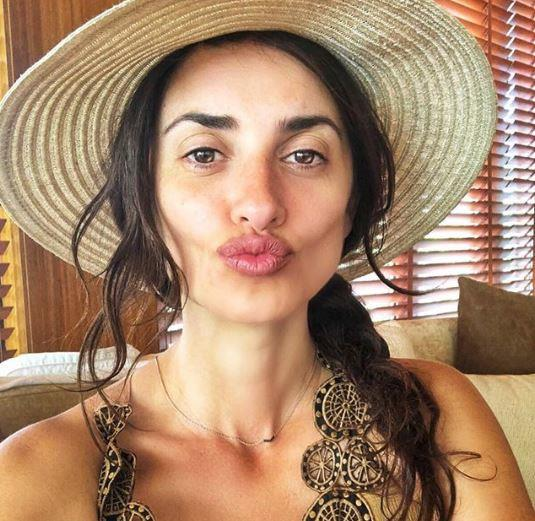 Spanish beauty Penelope Cruz proves that a fresh face is the best face. Not even wearing a hint of mascara, the 44-year-old mum-of-two is every bit au naturale glam in this gorgeous holiday Insta snap!