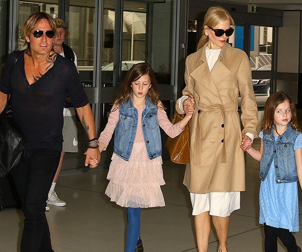 Keith and family - looks like Faith (far right) has no patience for the paparazzi. That's some serious side eye.