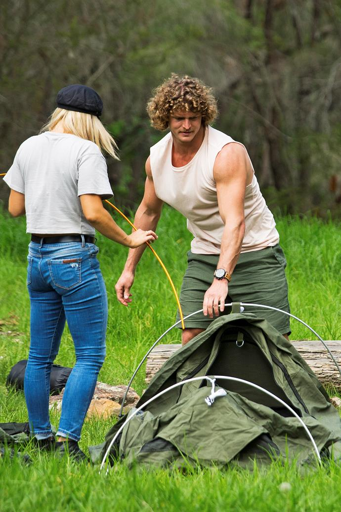 Romy and Nick setting up a tent on their group date.