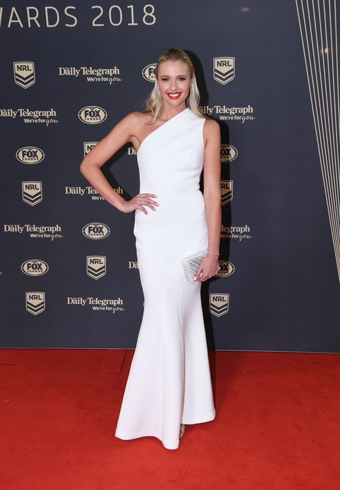Jemma Barge's one-shoulder look is gorgeous!