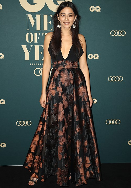 Australian model Jessica Gomes looked gorgeous in a floor-length gown paired with drop earrings. *(Image: Getty)*