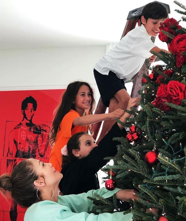 It's a team effort! Jennifer Lopez puts up the tree with the assistance of her twins, Max and Emme, and boyfriend Alex Rodriguez's children, Ella and Natasha. *(Image: @Jlo Instagram)*