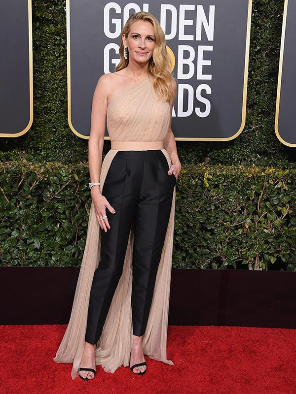 "[Talk about AGELESS.](https://www.nowtolove.com.au/beauty/ageing/golden-globes-plastic-surgery-53358|target=""_blank"") Julia Roberts looks incredible in pants at the front and skirt at the back."