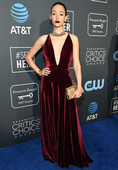 *Shameless* star Emmy Rossum was the image of a lady in red - this stunning velvet dress was utter perfection. *(Image: Getty)*