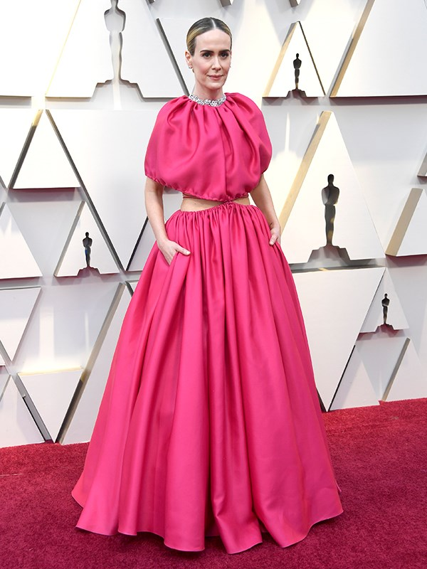 """American actress Sarah Paulson's flamingo pink get-up by Brandon Maxwell shoots for the stars, but it's not *quite* a bulls eye. [**READ NEXT: The WILDEST red carpet fashion moments from the 2019 Oscars**](https://www.nowtolove.com.au/fashion/red-carpet/oscars-2019-bad-fashion-54303