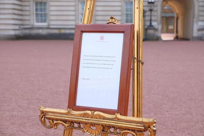 An Easel has now been placed outside Buckingham Palace to announce the royal baby's arrival. *(Image: Twitter)*
