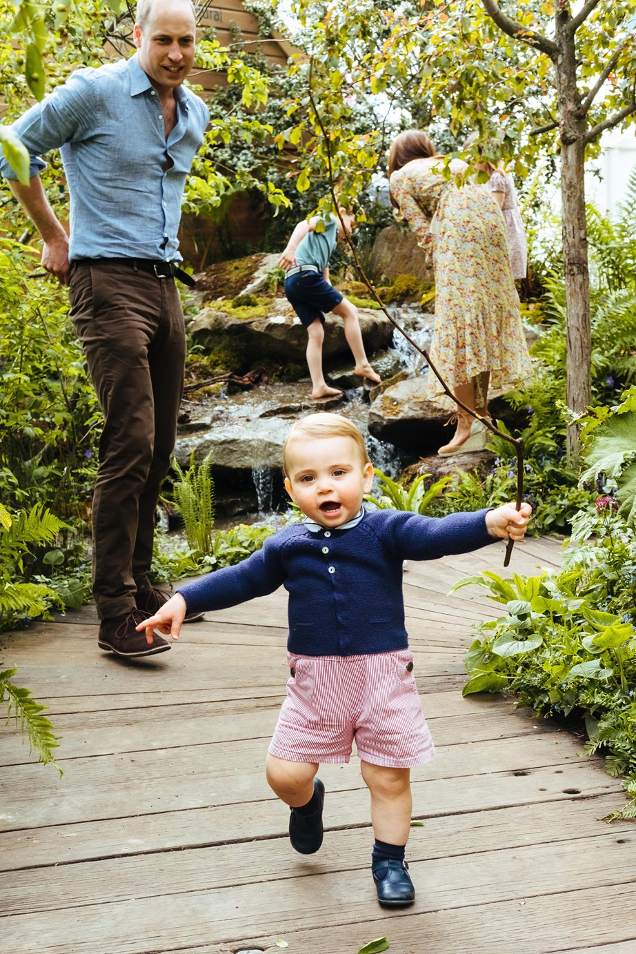 The photographs from the family outing provided us with the first glimpse of little Louis walking. *(Image: Matt Porteous / @KensingtonRoyal)*