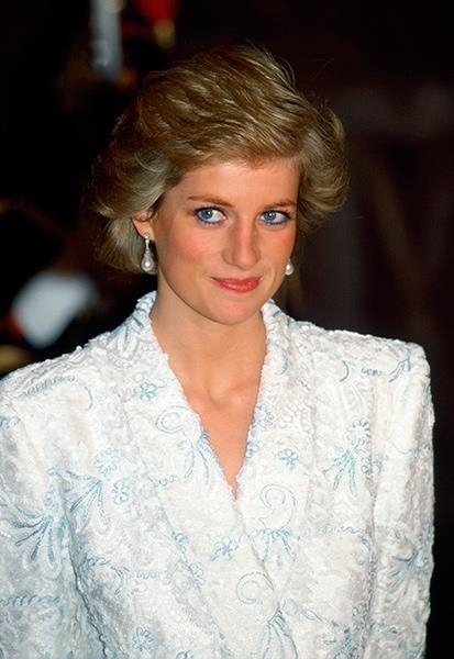 Princess Diana wearing the same pearl drop earrings.