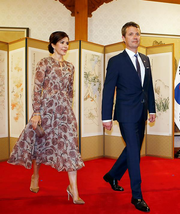 Crown Princess Mary looked stunning as she and Prince Frederik attended a meeting at South Korea's government office.