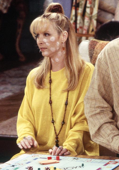 Chicken pox aside, we're so here for this scrunchie and oversized jumper look on Phoebe.