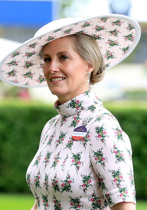 And the matching print undertone on her white hat added a very stylish touch.