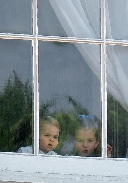 Charlotte and Louis were spotted having a quick peek at the crowds gathered outside the palace!