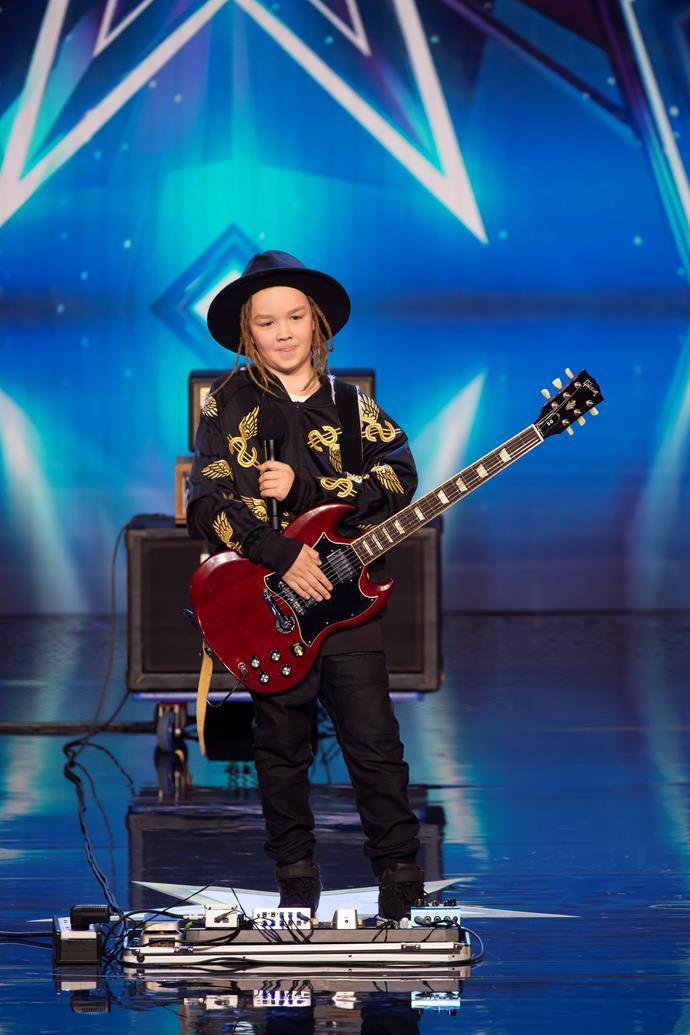 Taj Farrant rocks a guitar like Slash!