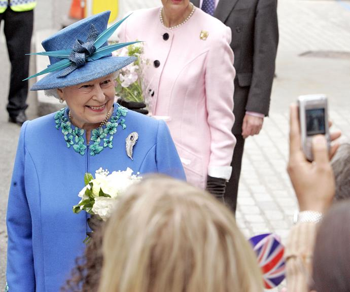 When you're looking fresh and your friends ask for a photo! The Queen poses for fans in 2006.