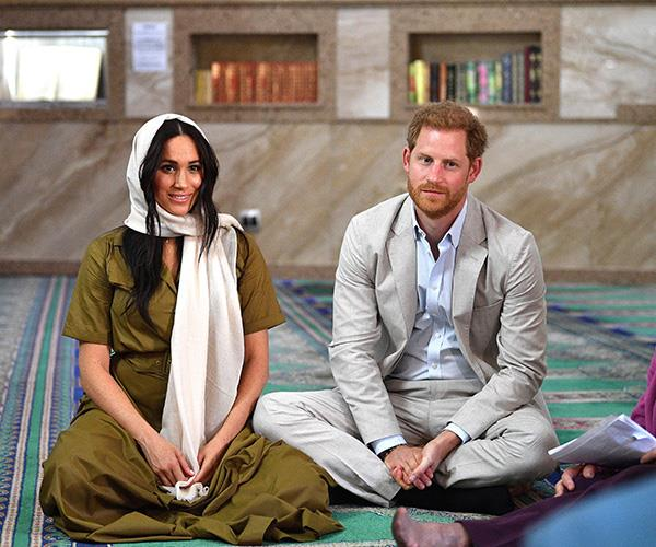 The couple sat cross-legged and chatted with worshippers.