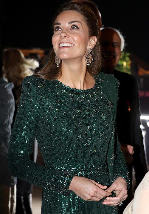 With thousands of glittering sequins and jewels adorned to the heavenly dress, Kate was sparkling from head to toe.  <br><br> A matching scarf was draped across her left shoulder, which featured a chic soft shell hem cut and green tassels. On her ears, Kate wore a dazzling set of golden drop earrings by Onitaa.