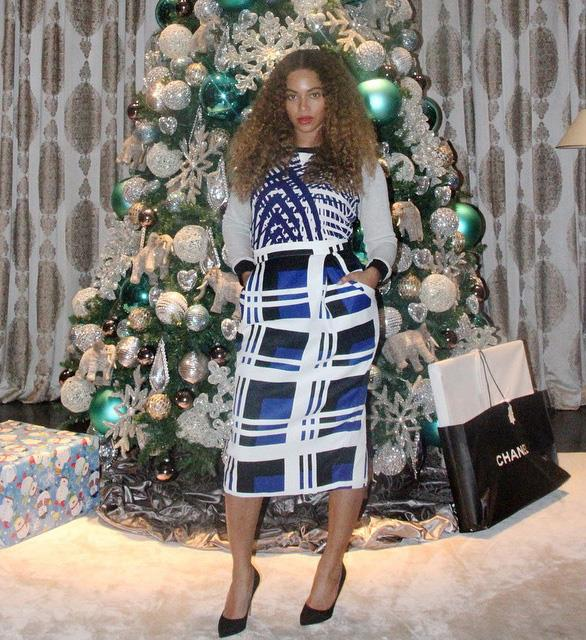 Is that a Chanel bag we spy under Beyonce's Christmas tree? Jealous!