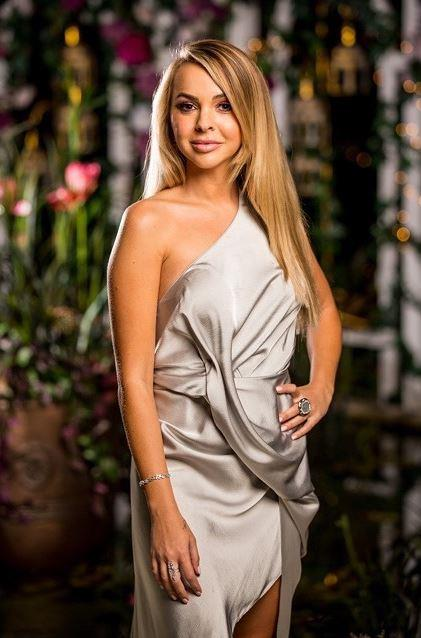 "On episode four, Angie opted for a beautiful silver [one-shoulder dress](https://www.nowtolove.com.au/reality-tv/the-bachelorette-australia/bachelorette-ciarran-stott-family-59856|target=""_blank"") by One Fell Swoop. Wearing her long hair in a sixties-esque blowout, we are *vibing* this look."