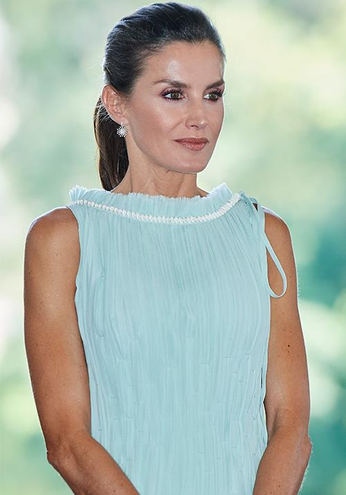 Makeup-wise, Letizia opted for bold, yet neutral tones. Coveting.