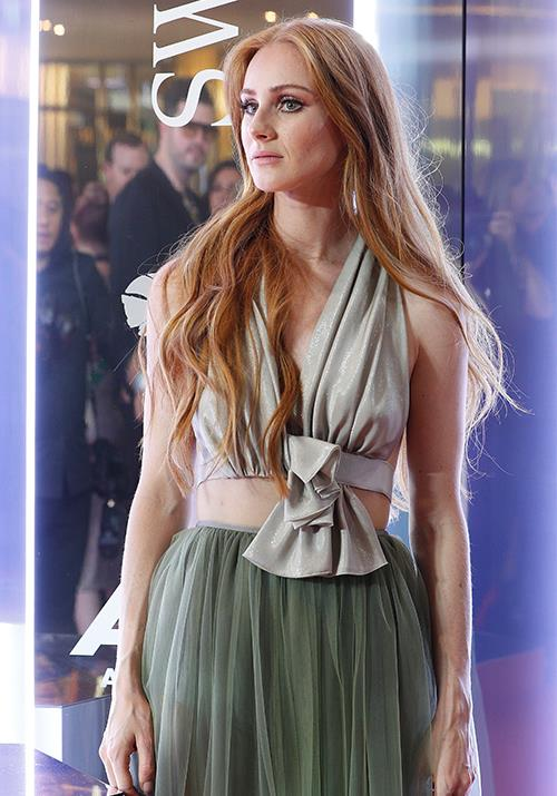 Stunning songstress Vera Blue looks heavenly in this earthy-toned  design.