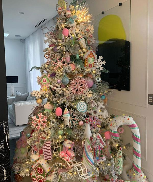 "**Roxy Jacenko home** <br><br> PR maven [Roxy Jacenko](https://www.nowtolove.com.au/fashion/fashion-news/roxy-jacenko-clothes-58138|target=""_blank"") never does things by halves. So it's no surprise to see her family Christmas tree is this lavish."
