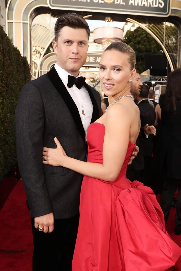 Scarlett Johansson and her fiance Colin Jost are pretty darn cute as they walk the red carpet - loving Scar-Jo's ravishing red look, too!