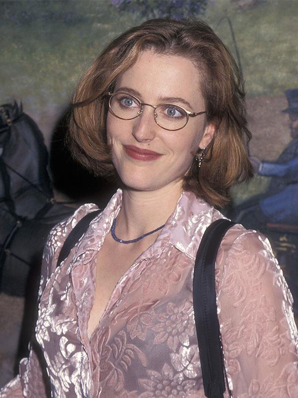 Rocking that classic 90s look! A velvet shirt, choker necklace, black bra and a backpack.
