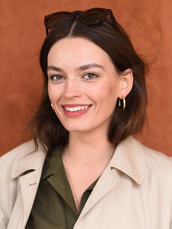 """The show's main female character, the moody but brilliant Maeve, is played by British actress Emma Mackey. Despite trading her bleached blonde and pink locks from Season 1 for a chic brunette hairdo in this season, we still think Emma is a [dead ringer for Aussie actress Margot Robbie](https://www.nowtolove.com.au/celebrity/tv/sex-education-emma-mackey-margot-robbie-62114