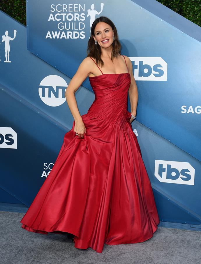 Jennifer Garner is ravishing in this flattering red creation.