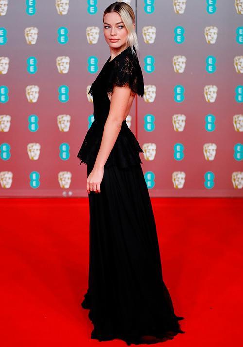 Aussie golden girl Margot Robbie went dark in a beautiful black lace gown. Obsessed.
