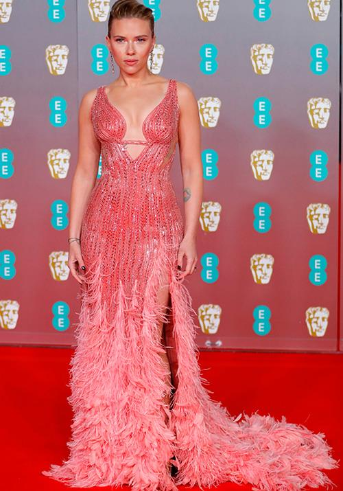 Ever the style maven, Scarlett Johansson made a bright, feathery statement in this pink Versace frock.