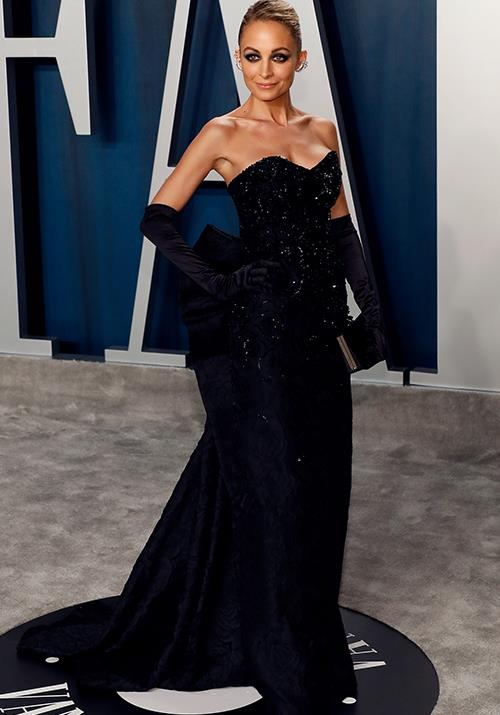 Nicole Richie upped the glamour with some dramatic smokey eyes to boot.