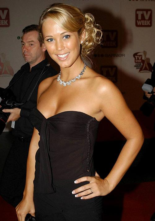 At the Logies that year, fans went wild over her sleek-but-messy bun and chic strapless gown.