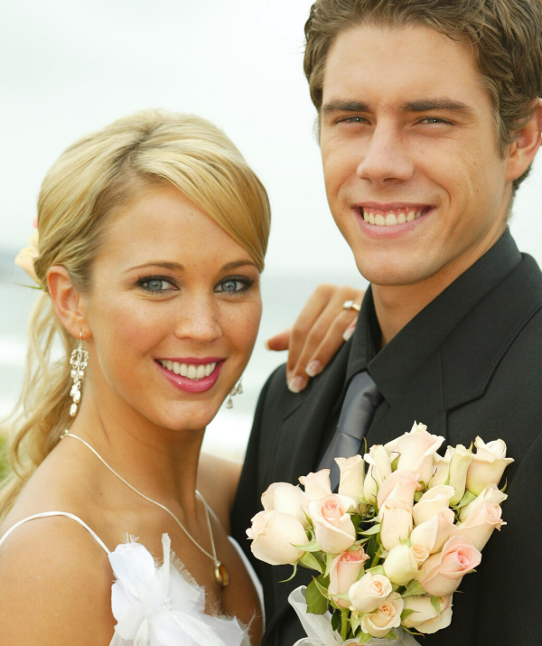 """The couple quickly fell for one another – [on and off-screen](https://www.nowtolove.com.au/celebrity/tv/home-and-away-real-life-couples-61750
