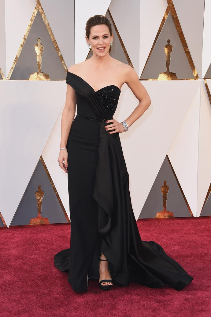 Talk about va va voom! Jennifer Garner attended her first Oscars without Ben Affleck in this glamorous black gown and was one of the best dressed celebs of the night.