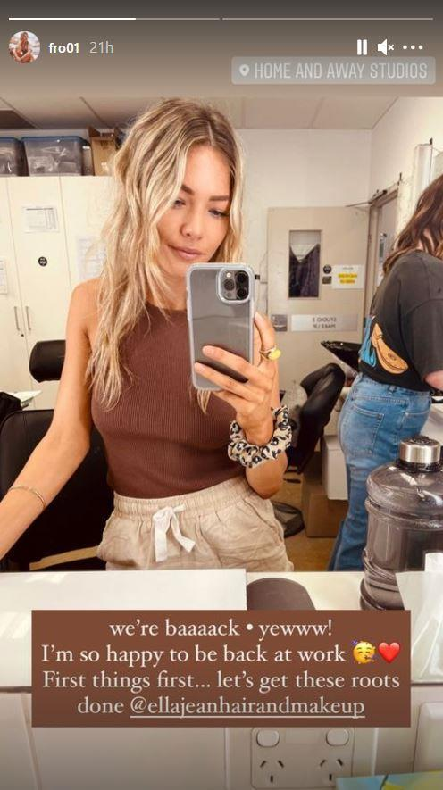 """Sam Frost was rearing to go on day one of 2021 - the former *Bachelor* star had a quick hair touch up before another year of playing the [effortlessly chic Jasmine](https://www.nowtolove.com.au/celebrity/tv/home-and-away-fashion-56241