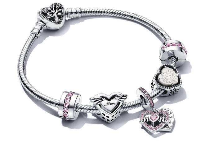 "Pandora Moments [Snake Chain Bracelet with Family Tree Heart Clasp](https://au.pandora.net/en/598827C01.html?cid=affi:ge:e:en-au::NowToLove:MothersDay:Q2MD21:ot:NowToLoveFamilyTreeHeartClaspBracelet::Australia|target=""_blank""