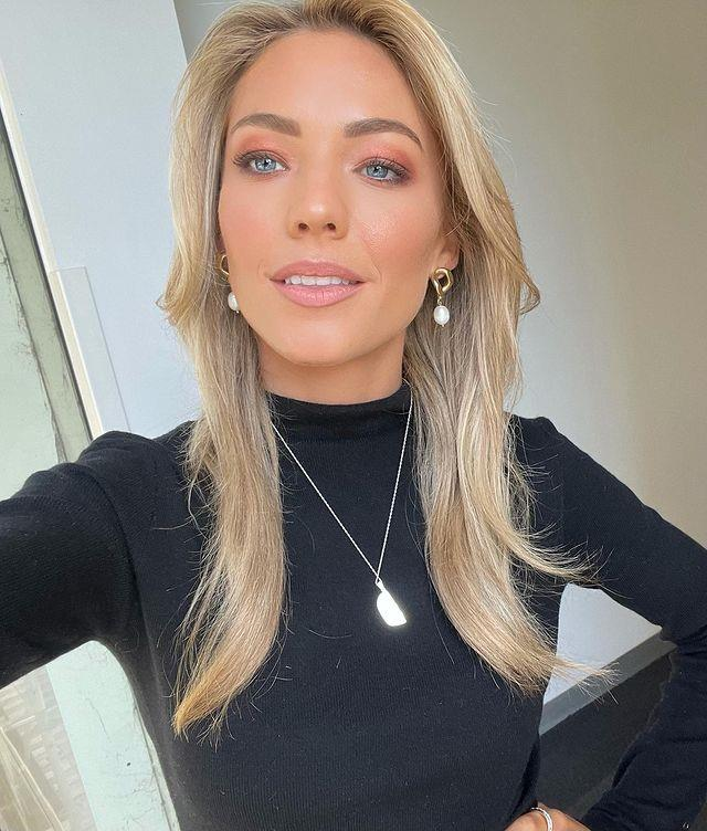 Sam Frost's warmer eye-shadow look provided a pop of colour to compliment her outfit.