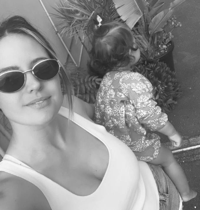 Jesinta holding her cute daughter.